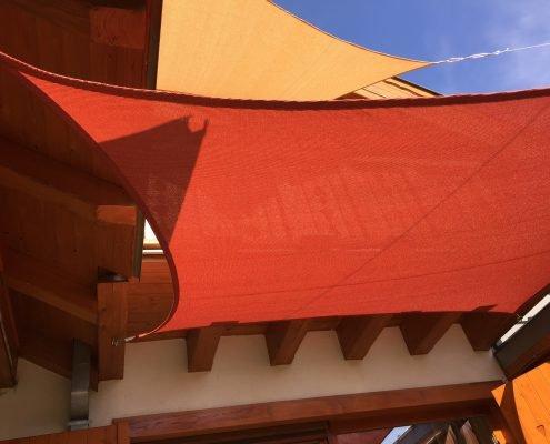 napvitorla alpesi ház homlokzatára